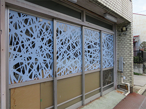 Decoration to the doors of its own workshop to study window display